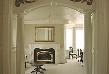 biały salon z kominkiem i kolumnami