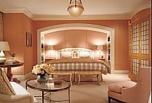 salon połączony z sypialnią dzięki wnęce wykończonej sztukaterią