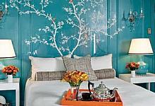 turkusowa sypialnia i sztukateria ścienna